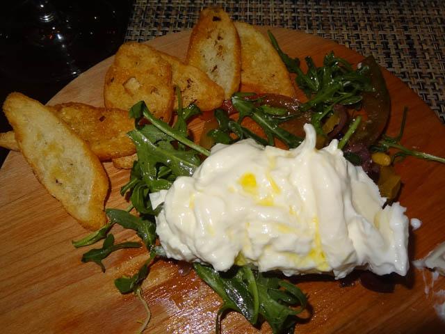 formaggi-tipici-puglia-scamorza-burratta-typical-cheese