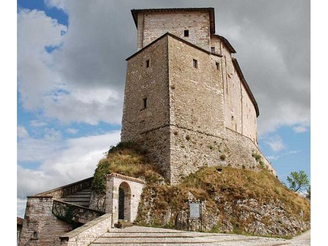 Frontone castle nelle marche nadia sparapani talks about for Castello di frontone