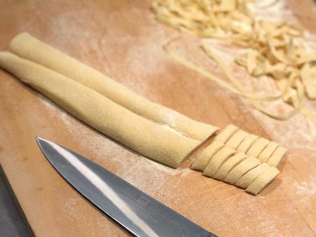 facciamo-pasta-a-coltello-con-sugo-salsiccia-timo